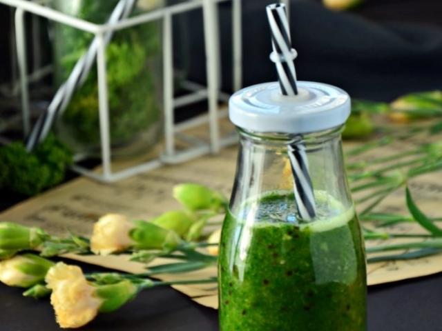 Zielony koktajl z jarmużem.