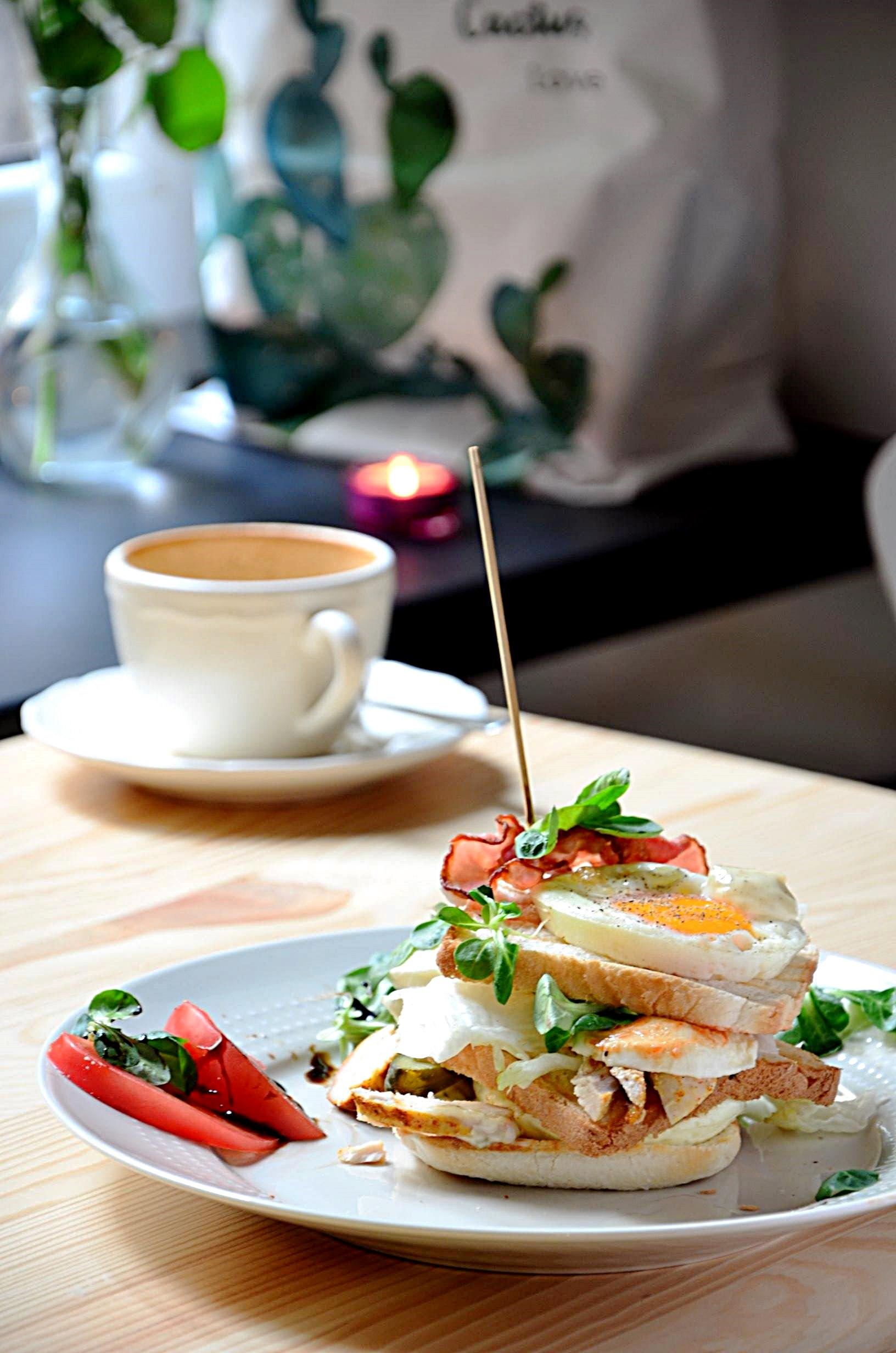 śniadanie w kawiarni