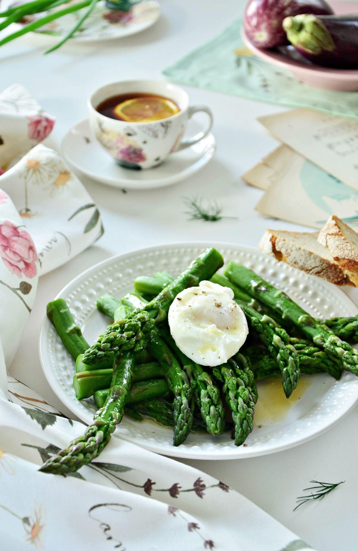 Szparagi plus jajko. Idealne proste i zdrowe śniadanie.