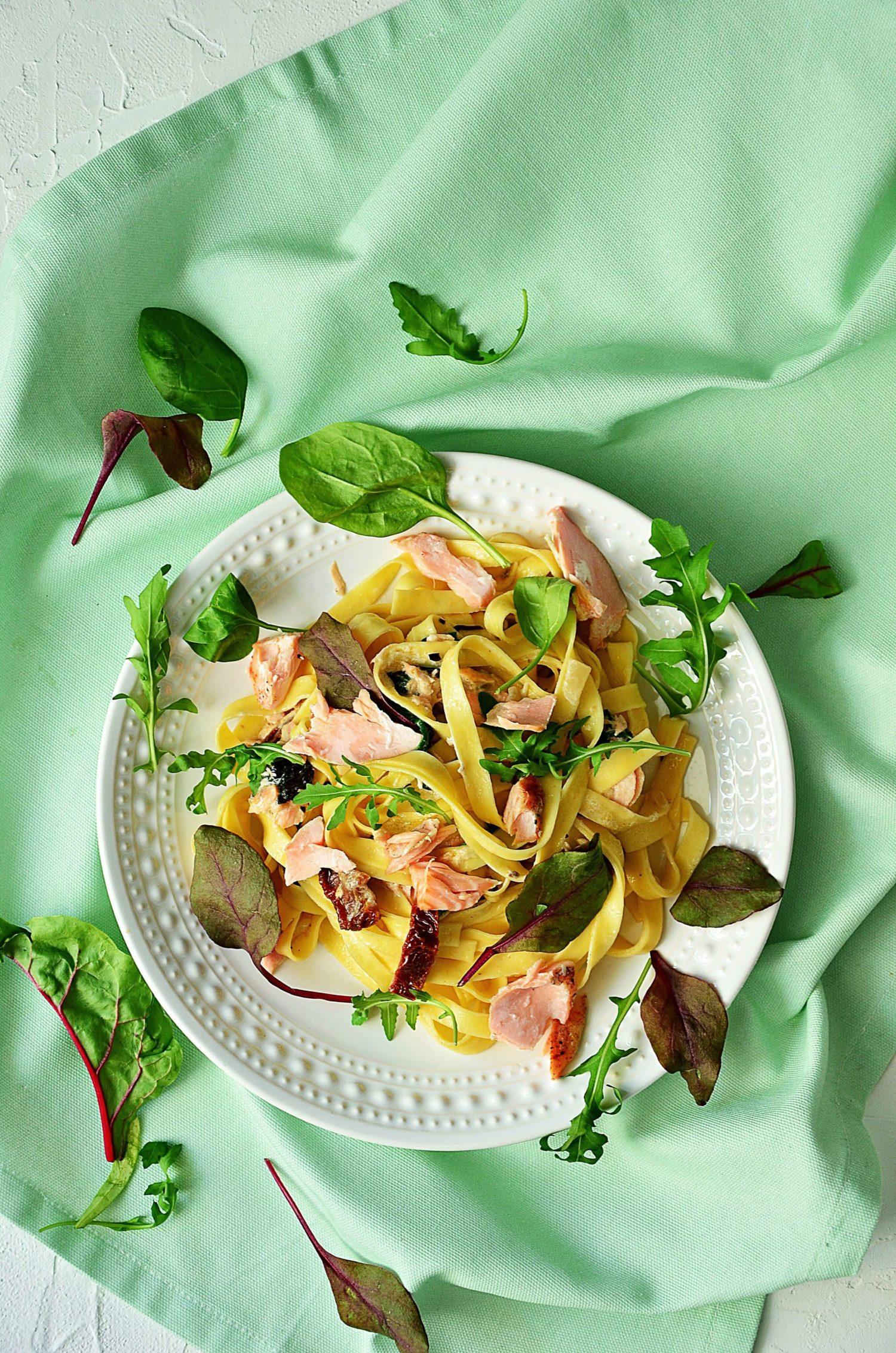Makaron z pieczonym łososiem i suszonymi pomidorami