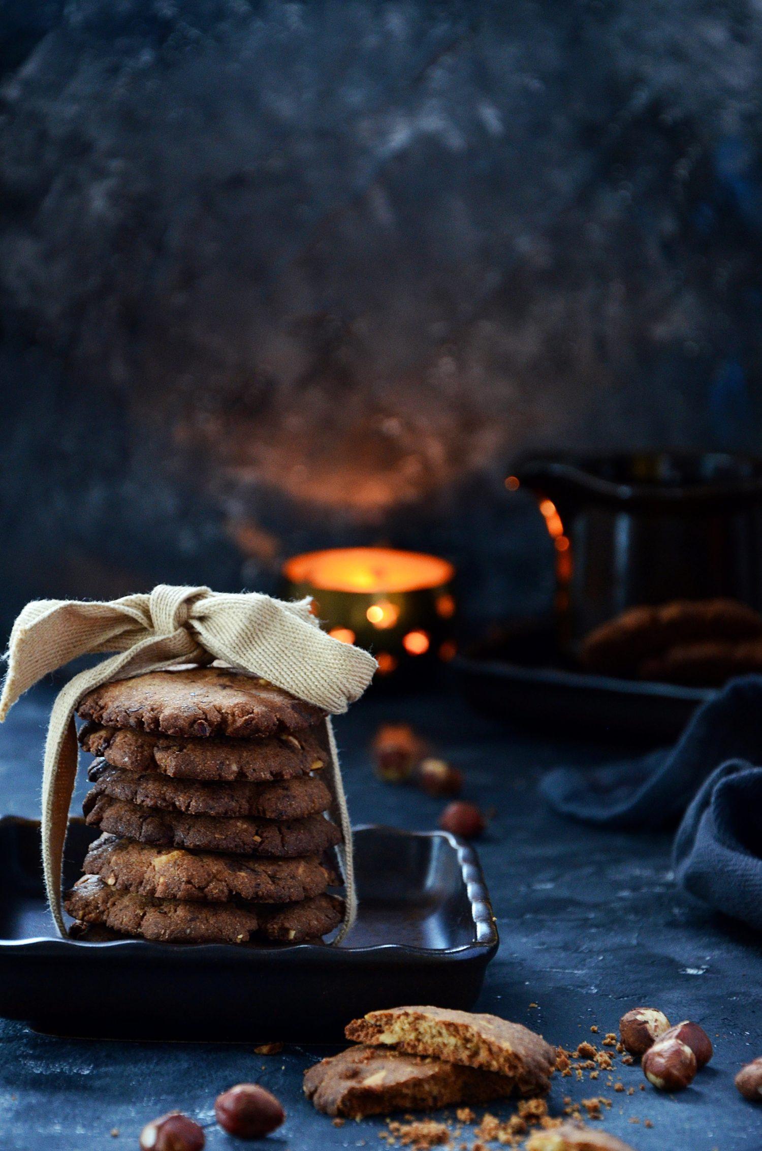 Ciasteczka z mąki gryczanej z orzechami i czekoladą.
