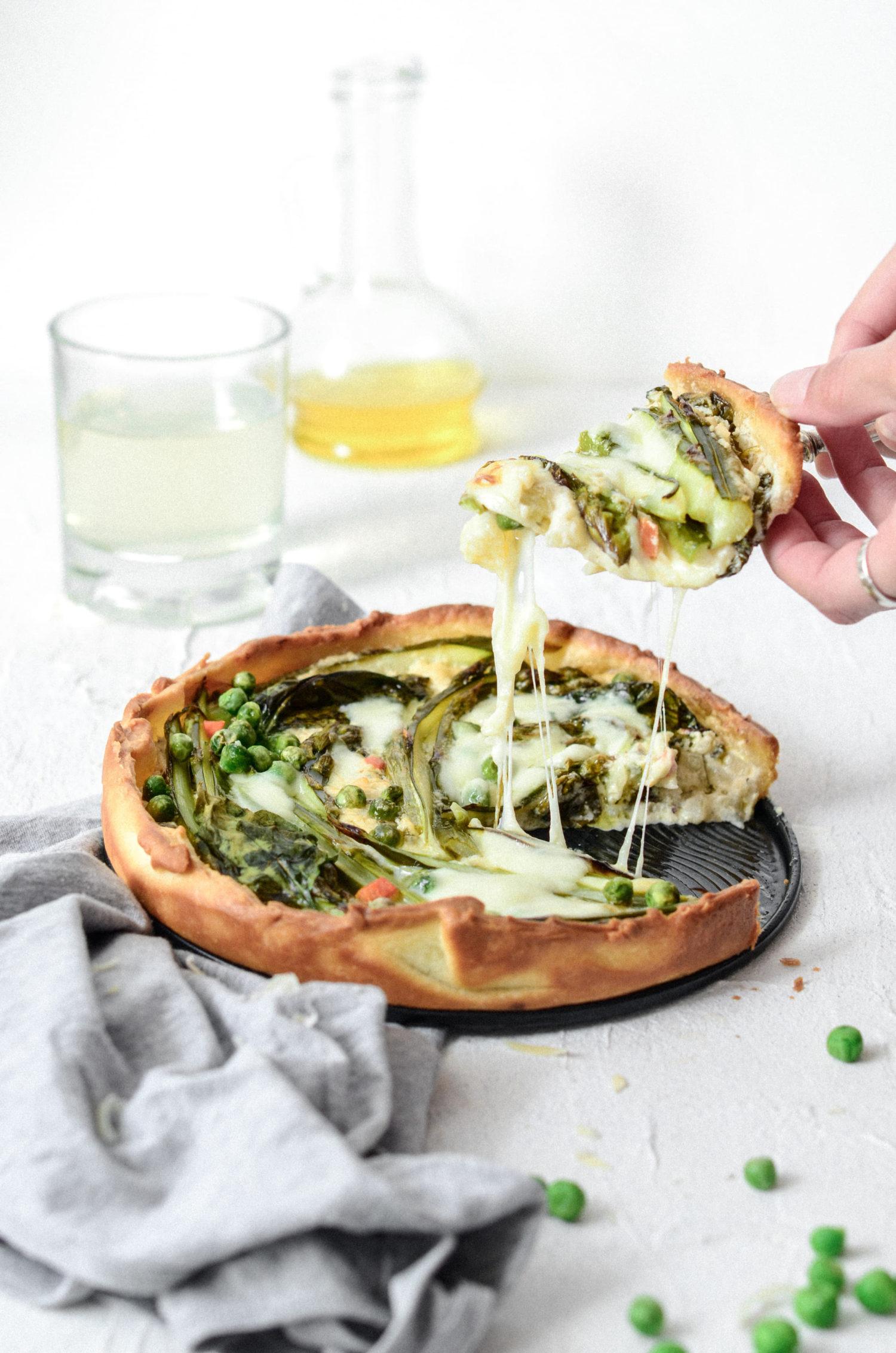 Łatwa tarta ze szparagami, szpinakiem i groszkiem.