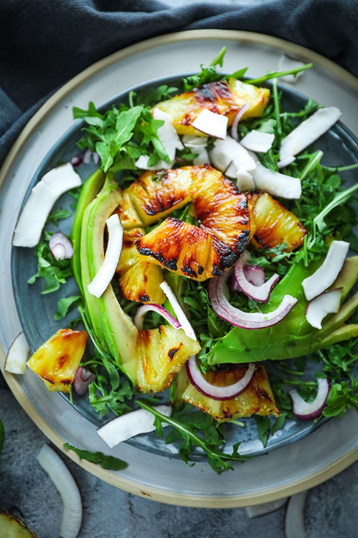 Sałatka z karmelizowanym ananasem i kokosem – zaskocz swoich gości!
